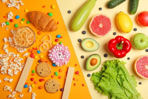 Gezonde voeding en ongezonde voeding op een gekleurde achtergrond close-up bovenaanzicht