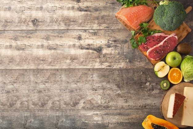Gezonde voeding, fruit en groenten op houten tafel