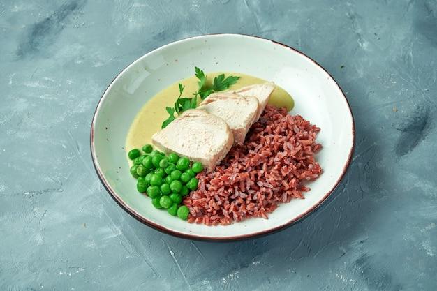 Gezonde voeding - gebakken kipfilet met wilde rijst, erwten en currysaus