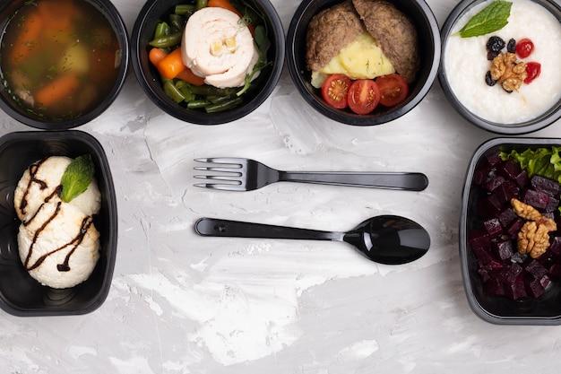Gezonde voeding in doos. rijstpap, roomsoep, bietensalade, dessert. levensstijl, dagmaaltijdplan