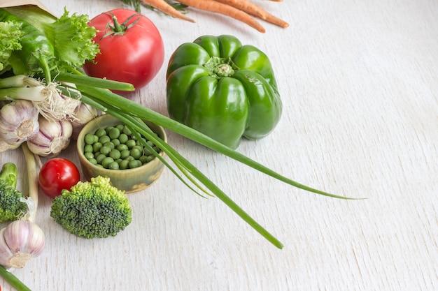 Gezonde voeding in een papieren zak met verschillende groenten op wit. bovenaanzicht