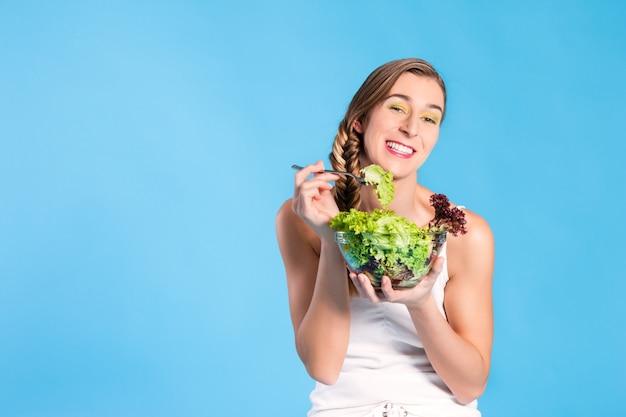 Gezonde voeding - jonge vrouw met salade