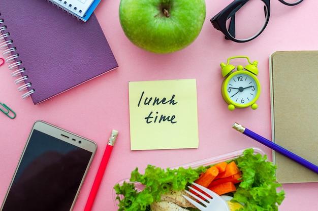 Gezonde voeding van take away lunchbox op werkplek tijdens de pauze. container voedsel op het werk. bovenaanzicht