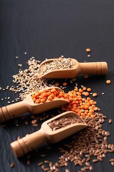 Gezonde voeding voedsel vlas, sesam en oranje linzenzaad in bamboe lepel met kopie ruimte