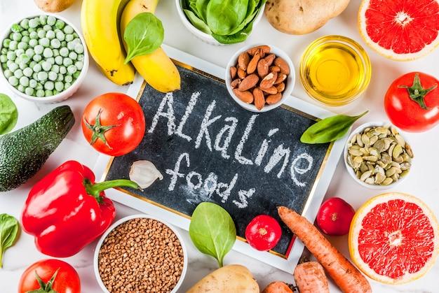 Gezonde voedingsachtergrond, trendy alkalische dieetproducten