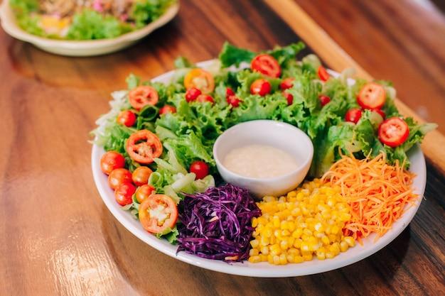 Gezonde voedsel plantaardige salade in de ochtend