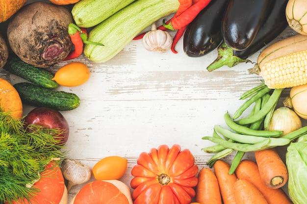 Gezonde voedselachtergrond met herfstgroenten en fruit. herfst fruit groenten en bladeren.