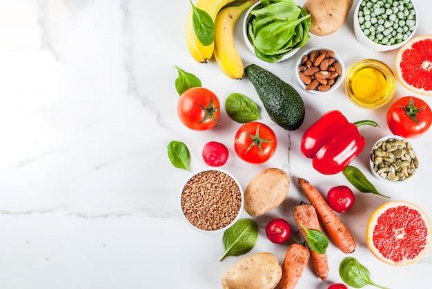 Gezonde voedselachtergrond, trendy alkalische dieetproducten
