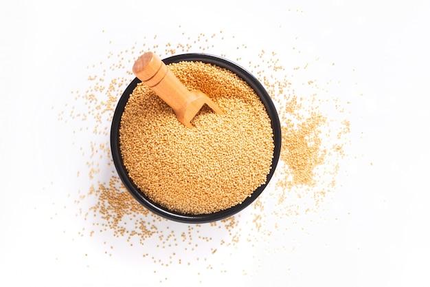 Gezonde voedselconcept organische amarantkorrels in zwarte ceramische kom met exemplaarruimte