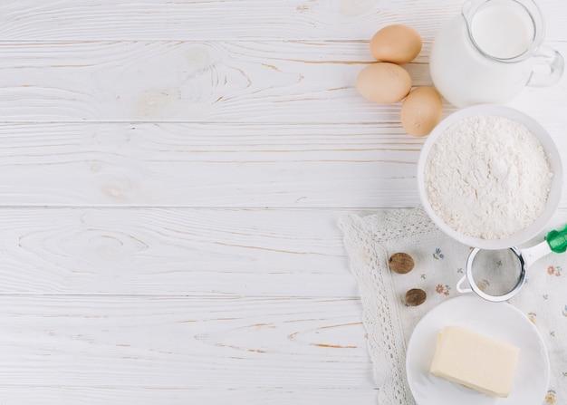 Gezonde voedselingrediënten en hulpmiddelen op witte houten lijst