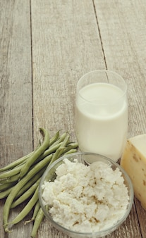 Gezonde voedselingrediënten op rustieke tafel