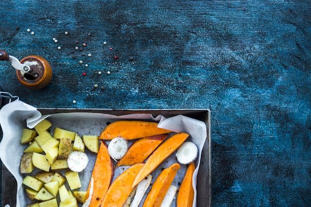 Gezonde voedselsamenstelling met aardappelen in de schil