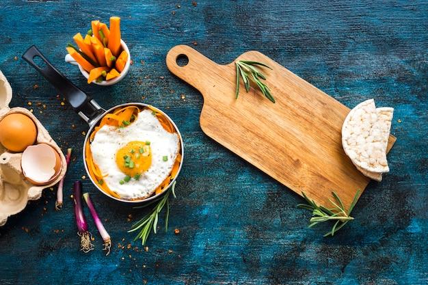 Gezonde voedselsamenstelling met gebraden ei