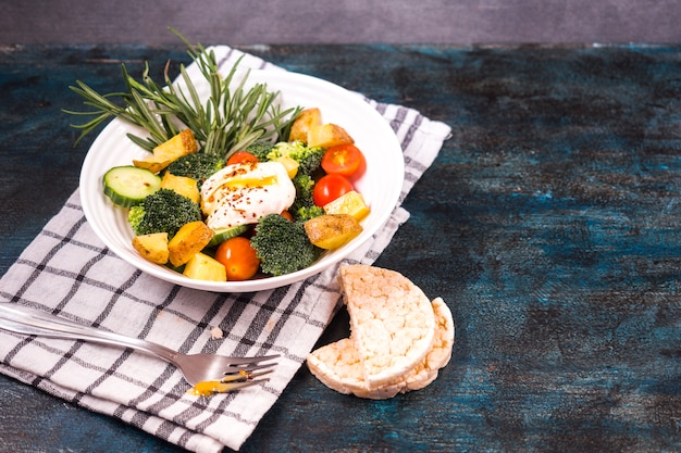 Gezonde voedselsamenstelling met verse salade