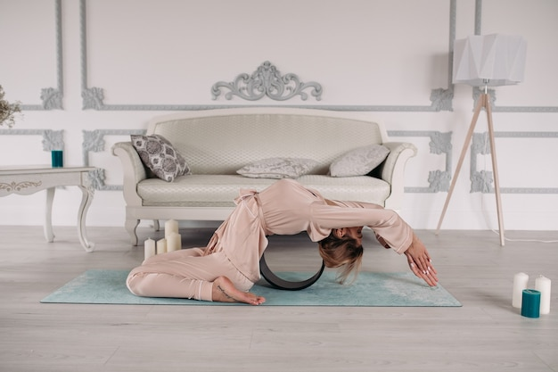 Gezonde vrouw die haar ochtend begint met yoga en ontspanning