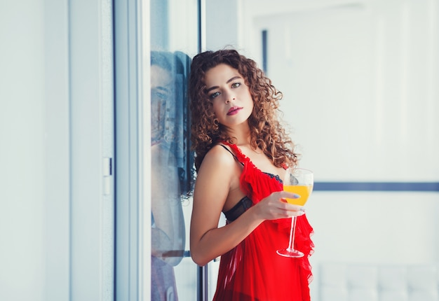 Gezonde vrouw die op dieet vers sap drinkt