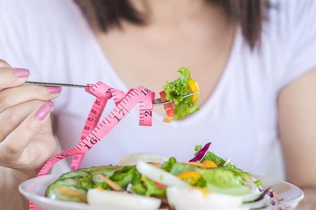 Gezonde vrouw die salade voor dieet eet