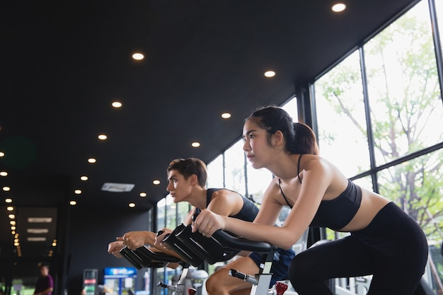 Gezonde vrouw en man met sportkleding lopende training op oefening bij gym sport, bodybuilding, lifestyle en mensen concept