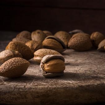 Gezonde walnoten op de tafel met close-up