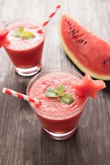 Gezonde watermeloen smoothie met van watermeloen in stervorm op een houten achtergrond