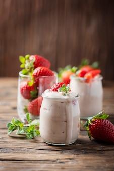Gezonde yougurt met stawberry