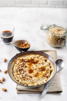 Gezonde zelfgemaakte havermout met noten voor het ontbijt