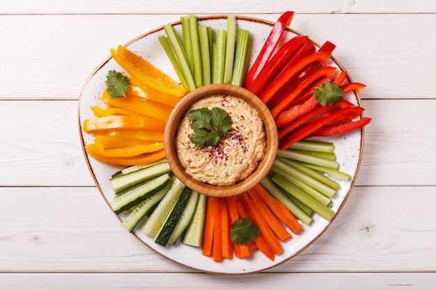 Gezonde zelfgemaakte hummus met diverse verse groenten.