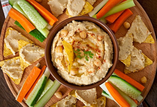 Gezonde zelfgemaakte hummus met olijfolie en pitabroodjes