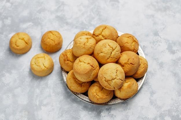 Gezonde zelfgemaakte koekjes op concrete, bovenaanzicht