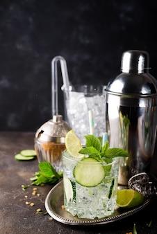 Gezonde zelfgemaakte limonade met komkommer, basilicum, citroen, honing en bruisend water