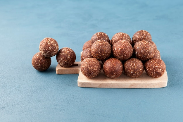 Gezonde zelfgemaakte snoepjes op een houten snijplank energieballen zijn een gezonde snack