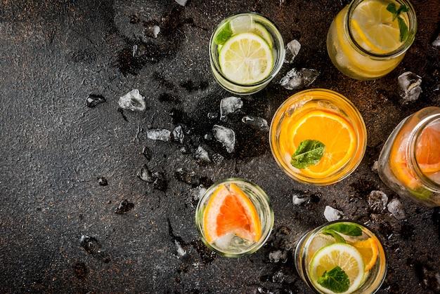 Gezonde zomercocktails, set van verschillende met citrus doordrenkte wateren, limonades of mojito's