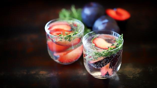 Gezonde zomerdrankjes van pruimen de keto-drank
