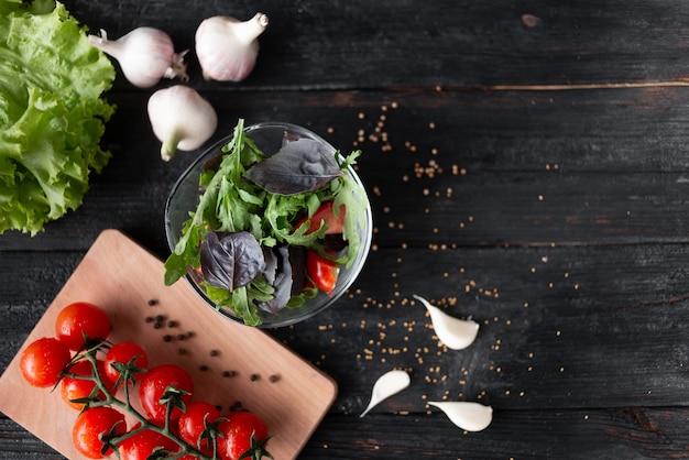 Gezonde zomersalade met greens, groenten en kruiden