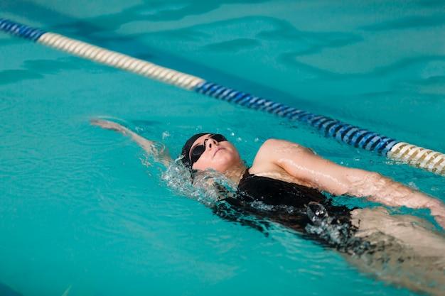 Gezonde zwemmer die dicht omhoog zwemmen