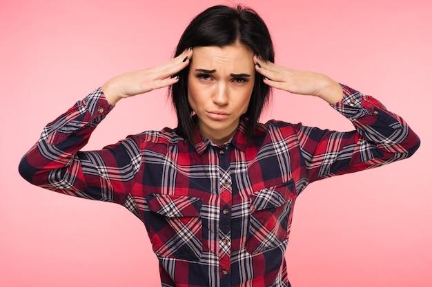 Gezondheid en pijn. benadrukt uitgeput jonge vrouw met sterke spanning hoofdpijn. closeup portret van mooi ziek meisje lijden aan hoofdmigraine, druk en stress voelen. afbeelding met hoge resolutie