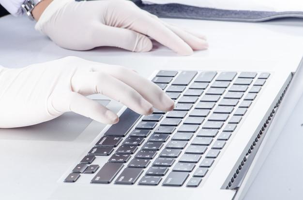 Gezondheid en technologie stethoscoop op printplaat blauw.