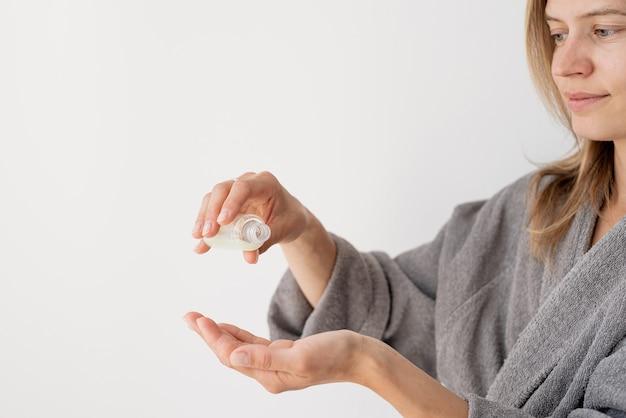 Gezondheid van vrouwen. spa en wellness. vrouwenhanden die vloeistof uit de fles gieten