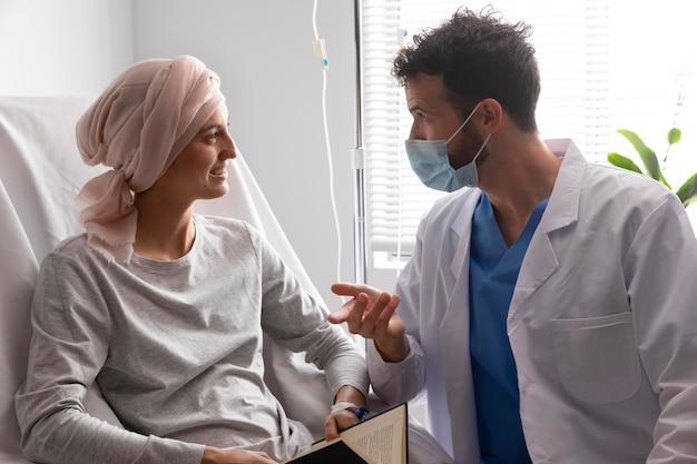 Gezondheidsassistent die voor een vrouwelijke patiënt zorgt