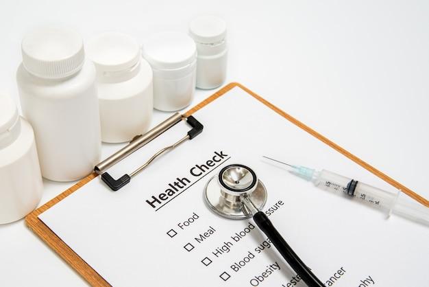 Gezondheidsconcept met klembord en gezondheidscontrole verwante punten.