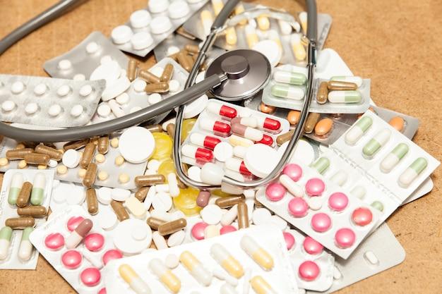 Gezondheidsmedicijnen en stethoscoop