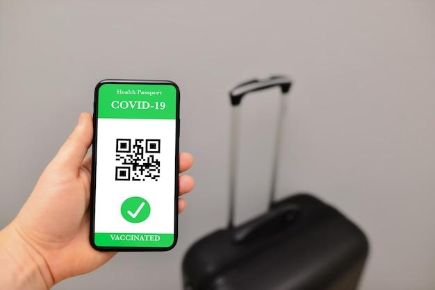 Gezondheidspaspoort van covid19-vaccinatie in mobiele telefoon voor reizen
