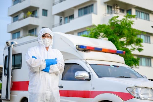 Gezondheidswerkers in ambulances dragen pbm-kleding en gezichtsmaskers. ziekenhuisuitgang, poliklinische quarantainetent, intensive care-centrum in covid19-ziekenhuis