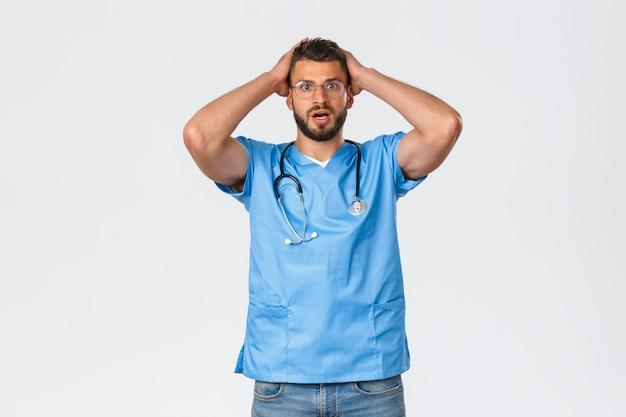 Gezondheidswerkers, medicijnen, covid-19 en pandemisch zelfquarantaineconcept. bezorgd en geschokt, bezorgde verpleegster, dokter grijpt het hoofd en hijgt angstig, luisterend naar slecht nieuws, kwam in de problemen