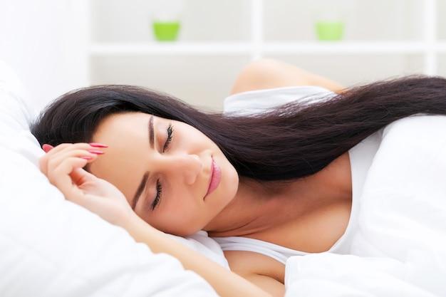 Gezondheidszorg. close-up van mooie zieke vrouw met hoofdpijn, keelpijn en koorts bedekt met deken ziek voelen, lichaamstemperatuur meten met thermometer. ziekte en ziekte. hoge resolutie