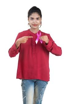 Gezondheidszorg en geneeskundeconcept - jonge vrouwenhanden die roze de voorlichtingslint van borstkanker houden
