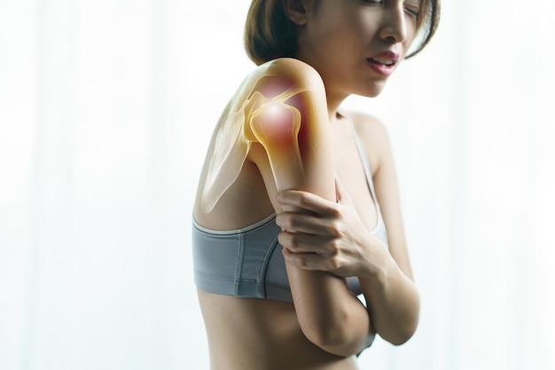 Gezondheidszorg en medisch concept. de arm van de close-up vrouw. armpijn en letsel.