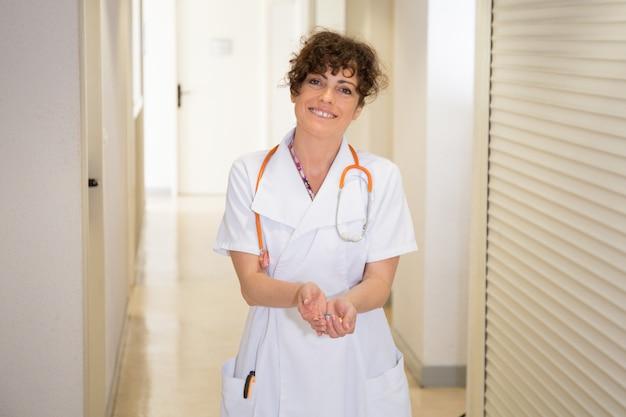 Gezondheidszorg en medisch concept - kaukasische arts met blaarpakken pillen