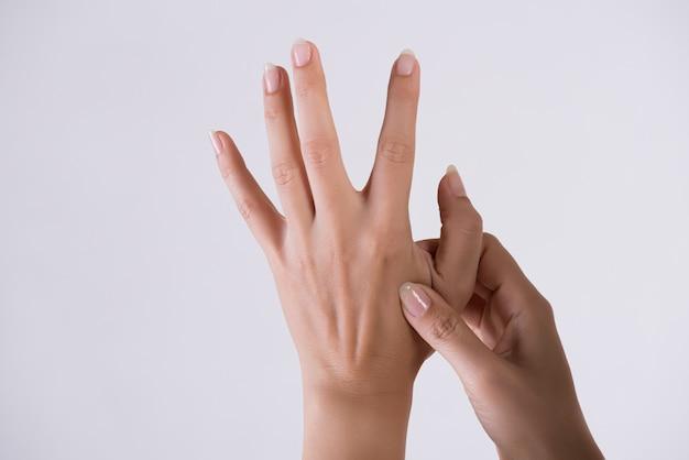 Gezondheidszorg en medisch. vrouw masseert haar pijnlijke hand.