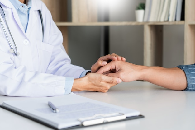 Gezondheidszorg en medische ethiek concept, arts legt voorschrift aan slachtoffer diagnose door een consult en patiënt aandachtig luisteren in het ziekenhuis.